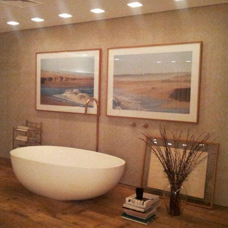 Madeira, branco e dourado na Sala de Banho na MostraBlack! Projeto de Carolina Maluhy {Foto: Arquivo Pessoal #MostraBlack2015}