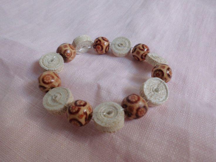 Realizzato con perline a forma di cilindro con carta da parati e perle di legno