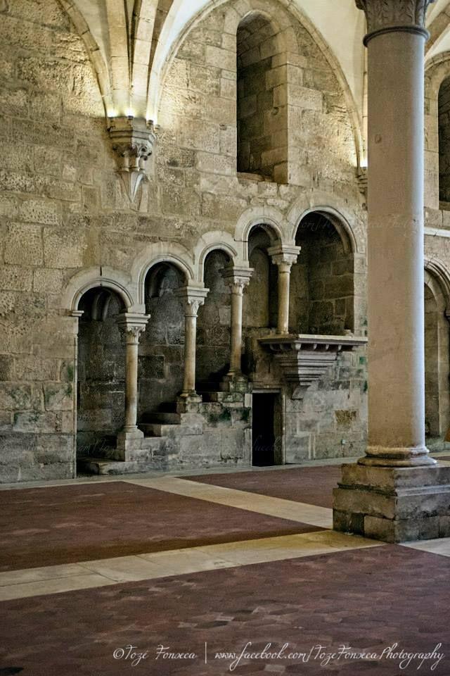 Mosteiro de Alcobaça - Portugal. La Abadía de Santa María de Alcobaça, primera obra gótica erigida en suelo portugués. Su construcción comenzó en 1178 por los monjes de la Orden del Císter. En este monasterio trabajó entre 1519 y 1520 el arquitecto Juan de Castillo, en el segundo piso del claustro de D. Dinis, la fuente del lavabo y la Sacristía entre otras.