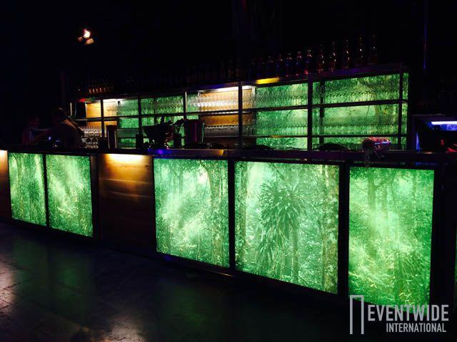Bar Lumen mit Motiv-Folien im Mix mit der Eichen Bar von Eventwide.