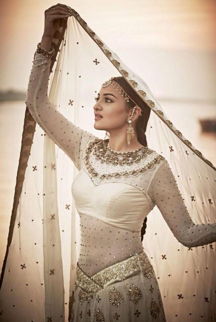 "Watch: Sonakshi flaunts stunning dance moves in ""Radha nachegi"" dance song ^.^."