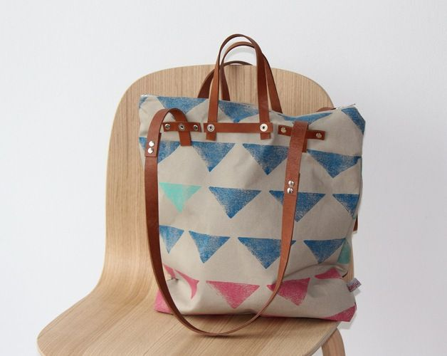 Diese tolle Tasche ist gleich 3 in 1: Schultertasche, Rucksack und Handtasche! Multifunktional und je nach Bedarf tragbar! Sie besteht außen wie innen aus festem, beigem Canvasstoff und jedes...