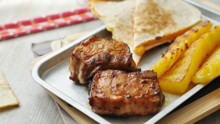 Az oldalas az egyik legjobb grill alapanyag: titka a finom pác és a sütés. Mi most grillezett ananásszal és barbecue szósszal feldobott quesadillas-val kínáltuk, és osztatlan sikert arattunk!