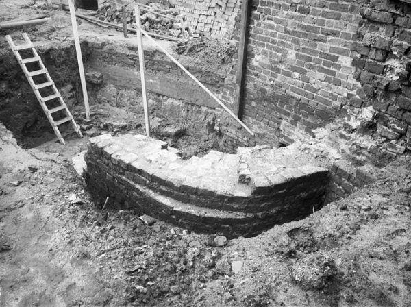 Leiden | juni 2017 | Op de Garenmarkt in Leiden zijn archeologische vondsten gedaan. Naast verschillende stukken muurwerk uit de late middeleeuwen, zijn ook vier putten gevonden. Waarschijnlijk gaat het om één waterput en drie beerputten. In ieder geval ruik je de beerputten nog steeds! Hoe oud de vondsten zijn, moet nog worden onderzocht. Het is echter al bekend dat dit deel van de stad in de 15de eeuw is ontstaan.