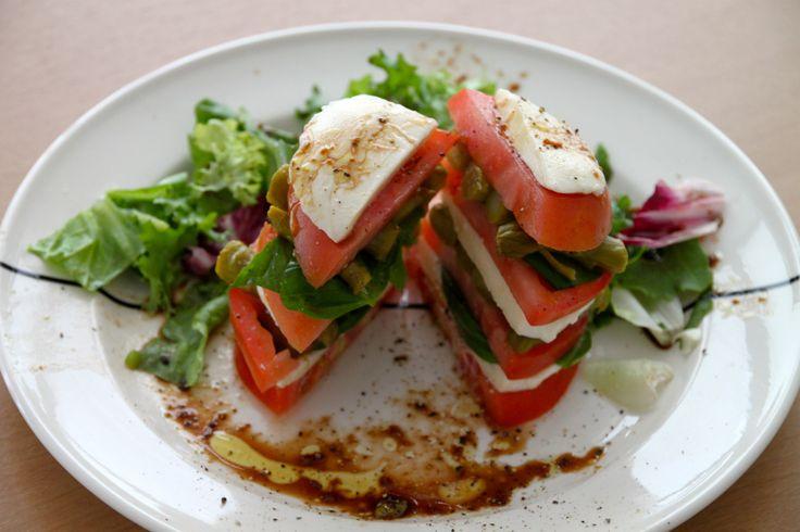 zomers voorgerecht met tomaten, mozzarella en groene asperges
