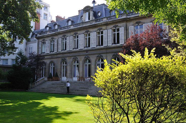 Hôtel de Beauvau (1770) place Beauvau Paris 75008. Architecte : Nicolas Le Camus de Mézières. Façade et terrasse sur jardin.