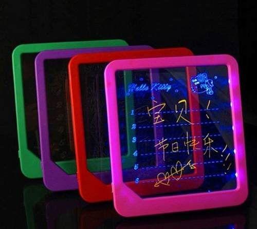 Ideal para crianças desenharem e aprenderem a escrever.  Perfeito para deixar recados e até anunciar seu produto.  Funciona com 3 pilhas ou ligado ao cabo USB.  Bivolt.  Medida 22 x 20 cm  Disponível nas cores: azul, rosa, amarela, vermelha e lilás.