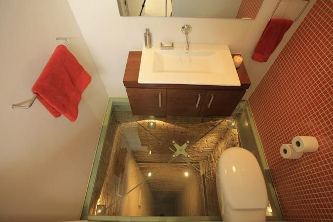 Этот #туалет с прозрачным  полом, построенный на 15-ом этаже над открытой шахтой лифта, находится в Гвадалахаре (Мексика). #Ощущения, испытываемые внутри туалета, наверняка способствует его прямому назначению.