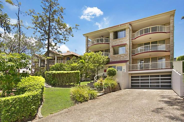 Apartment in Taringa, Australia. Perfect location for spending a few days in Brisbane, especially for academics at UQ or QUT.  3 bedroom, 2 bedroom, one music room, big backyard  Right next to the train station.