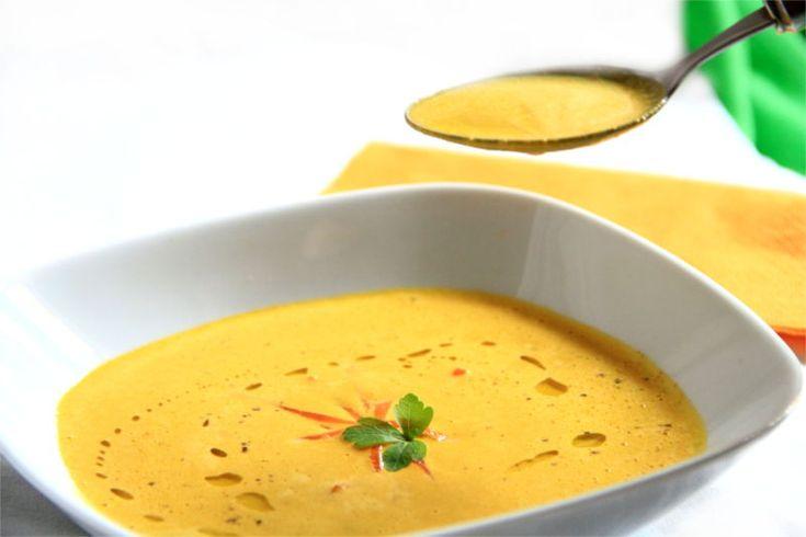 RICETTA- Vellutata di carote all'interno di un piatto bianco, decorata con striscioline di carota e prezzemolo fresco