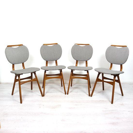 Deze vier smalle eetkamerstoelen zijn opnieuw gestoffeerd met een lichtgrijze stof. Deze stoelen hebben mooi houtwerk; bijzondere gebogen poten en leuke houten handgrepen bovenop de stoelen. De sto...