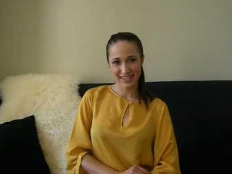 Beautiful woman recommends Online Casino Guru