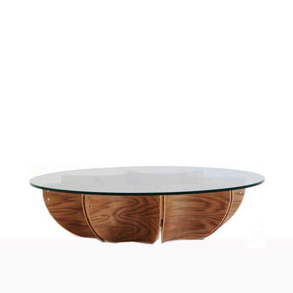 BMC627003 Mesa de centro base em madeira, e com tampo em vidro, com design criativo e arrojado. #espacoeforma #criativo #arrojado