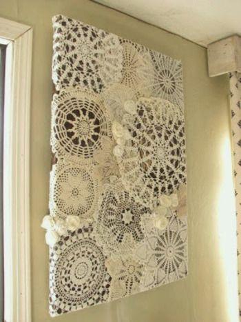 ■ファブリックパネル テキスタイルを飾るように、ドイリーを組み合わせてパネルに飾るアイディア。ナチュラルさが素敵な立体アートパネルです。