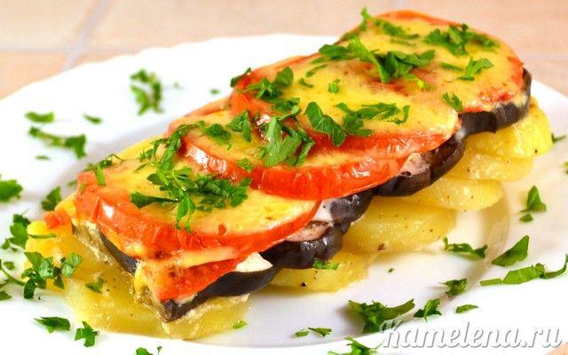 Картофель и баклажаны, запеченные в духовке       1 кг картофеля     500 г баклажанов     500 г помидоров     5 ст.л. сметаны (или майонеза)     2 зубчика чеснока     100 г сыра     растительное масло для жарки     соль     перец