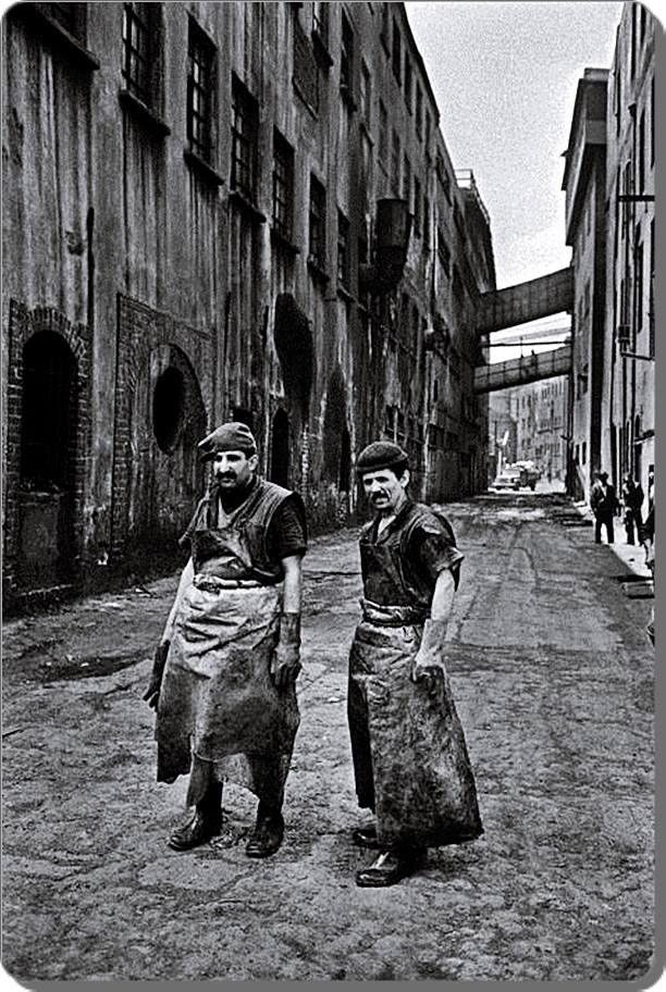 """Zeytinburnu / Kazlıçeşme Deri işçileri - 1970 (Ara Güler) """"İstanbul'da Alınteri"""" kitabından İTO (İstanbul Ticaret Odası)"""