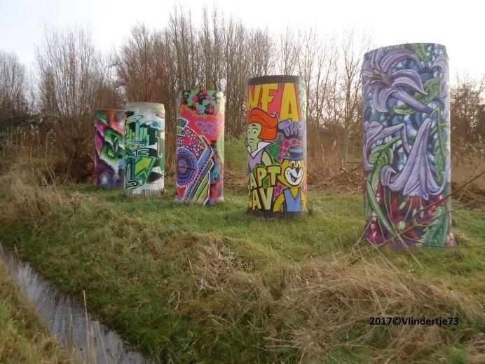 Graffiti op buizen. Persoonlijk vind ik het wel kunstig... Wat vind jij?  Heb je ook leuke, mooie of grappige foto's? Kom ze met ons delen, door je aan te melden. Tot gauw ;)