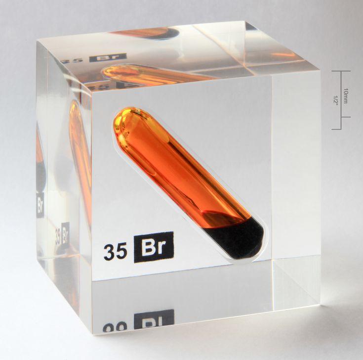 Bromine_vial_in_acrylic_cube.jpg 3.421×3.387 Pixel