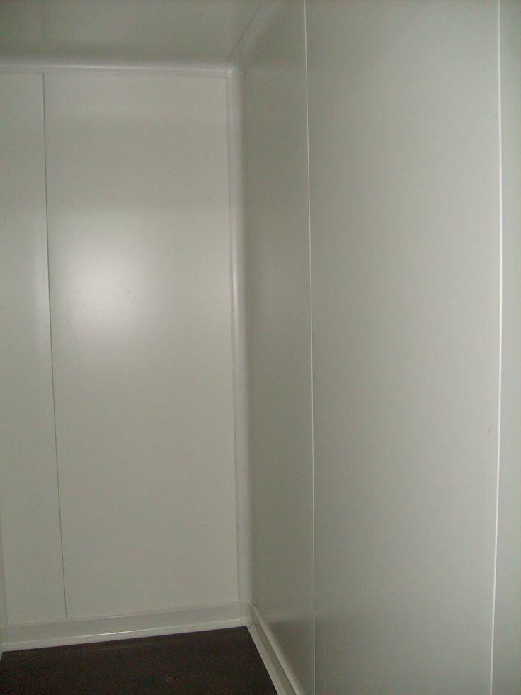 Εσωτερική λεπτομέρια ψυκτικού θαλάμου. Διακρίνεται η υγειονομική γωνία και το υγειονομικό σοβατεπί καθώς και το ειδικό πάτωμα. -  Inner detail of a small cold room. You can see the hygiene profiles (Hygiene corner and hygiene plinth). Also the special wood floor.