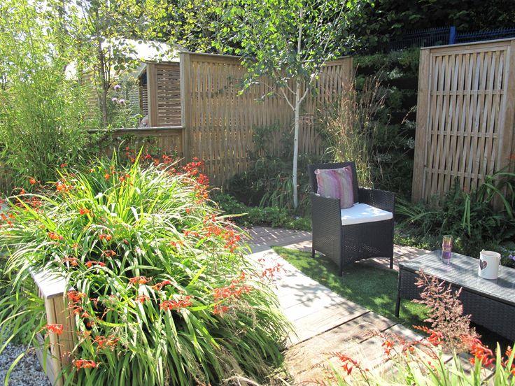 Vertical woven fence panels between living walls for Living wall fence panels