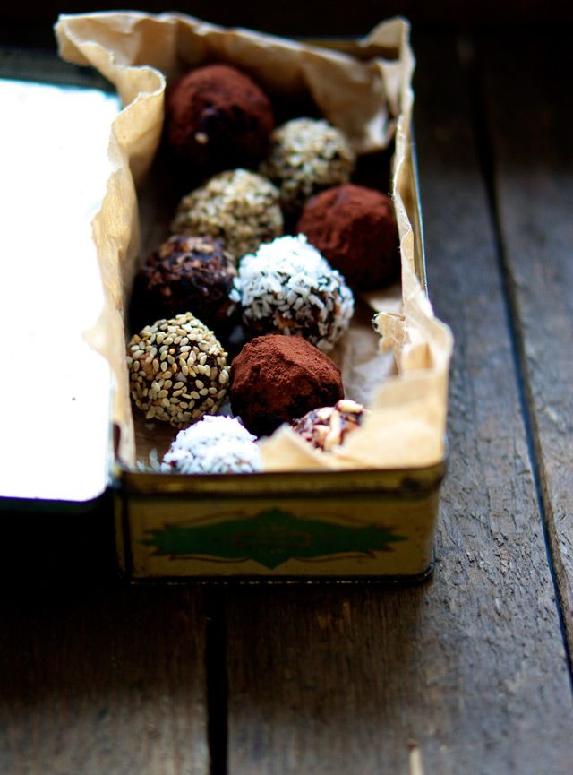 How fantastic do these truffles look!  Dadelkugler med lakrids - The Food Club. Liquorice || Licorice || Lakrids || Lakrís || Regaliz || Reglisse || Datiles || Julekonfekt || Konfekt || Christmas treat