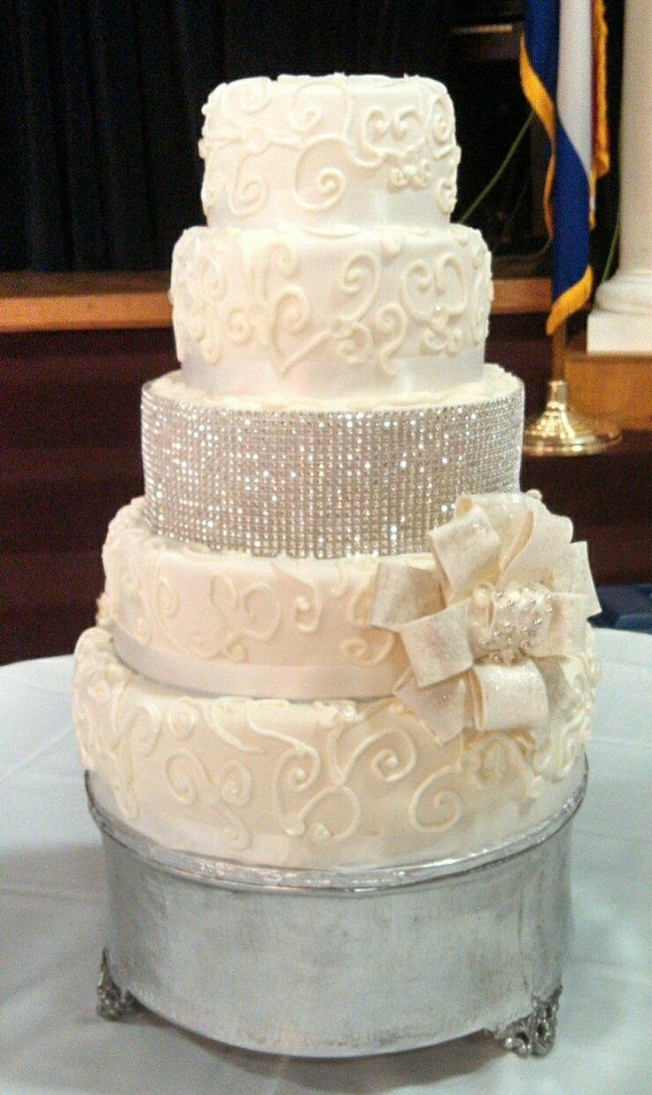 Wedding Cake Decorating Buttercream : Wedding cake buttercream. Bling. Kelly s creations Pinterest Bling, Wedding cakes and Cakes