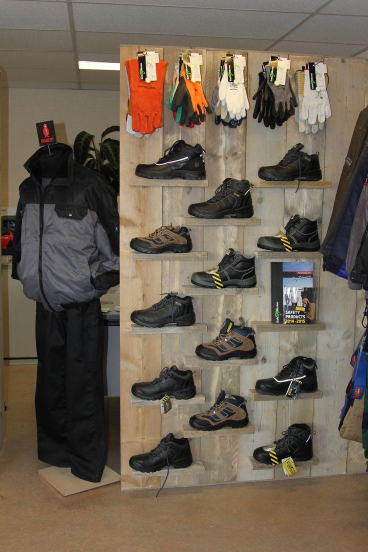 Schoenenwand, 1.80 m hoog en 1 m breed met 14 plankjes, gemaakt en gefotografeerd door Leen de Ruiter