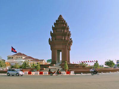 http://www.vietnamitasenmadrid.com/camboya/phnom-penh-que-ver-que-hacer.html Monumento a la Indepencencia en Phnom Penh (Camboya)
