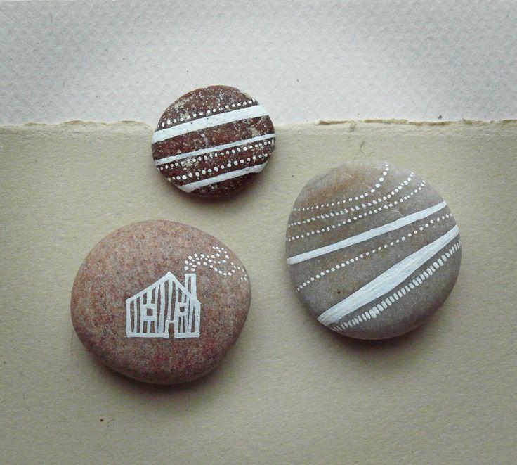 Handgeschilderde Pebbles - huis en aarde strepen-Set van 3 - MADE TO ORDER door PaperPineTree op Etsy https://www.etsy.com/nl/listing/235286700/handgeschilderde-pebbles-huis-en-aarde