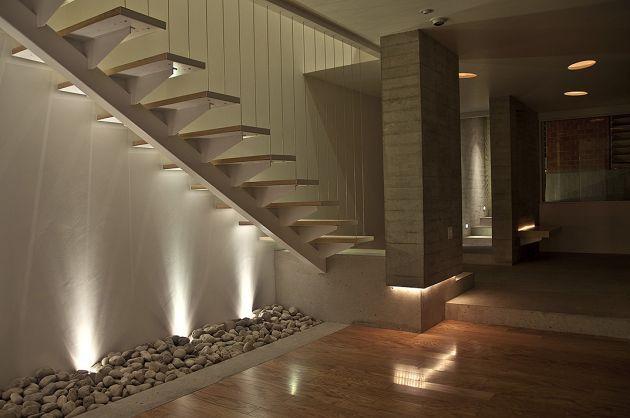 un escalier moderne et sans rampes