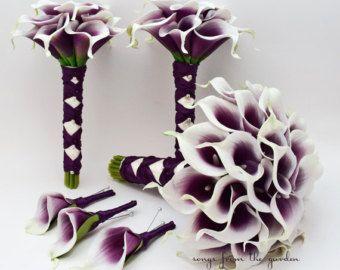 Diese wunderschöne Picasso Real Touch Calla Lilien sind die perfekte lila Blume für Ihren perfekten lila Tag! Diese elegante Mini Callas haben ein warmes lila und weiße äußere Blütenblatt.  Dieses 6-köpfigen Hochzeit Blume-Paket enthält ein Brautstrauß mit drei Dutzend Picasso Real Touch Mini-Calla Lilien. Der Griff ist in Elfenbein Satinband mit einer Pflaume lila satin französische verknotet Overlay akzentuiert mit weißen Perlennadeln gewickelt. Diese benutzerdefinierten Seidenblume…