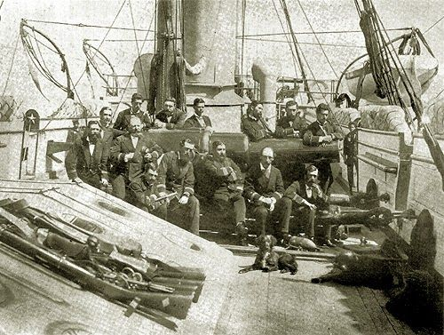 """Oficiales en la cubierta de la cañonera """"Magallanes"""" tras haber llegado a Antofagasta luego del combate de Chipana, en 1879, con al menos..."""