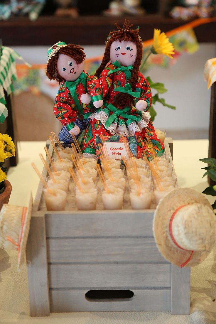 Deixe sua festa junina incrível com nossas dicas selecionadas de decoração com diversos tipos de objetos. Confira 70 fotos para se inspirar.
