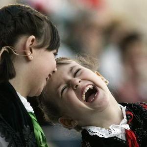 Trate de reír Su sentido del humor puede ser un amigo inesperado en una época de crisis.  a risa puede ser uno de los mejores remedios. Físicamente la risa produce tantos beneficios como el ejercicio. La risa se acompaña por un aumento del ritmo respiratorio, del ritmo cardíaco y de la temperatura de la piel en las partes periféricas del cuerpo. WWW.INTELIGENCIA-EMOCIONAL.ORG