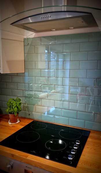 Küche spritzen zurück über blauen Entenei-Fliesen mit Dunstabzugshaube