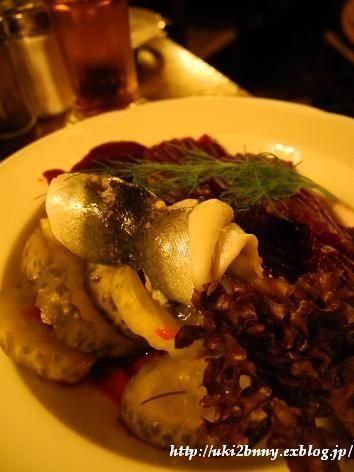 Rollmopse(ロールモプス=酢漬けの巻きニシン)、Rote Bete(ローテ・ビーテ=赤カブ)、ピクルスが定番。こちらの巻きニシンは一瞬、主役の「船乗りおやじ」を忘れるほどイケテおりました。 北ドイツ・港まちの名物料理 ラプスカウス (5)ハンブルク : うきうきビール生活 in フランクフルト