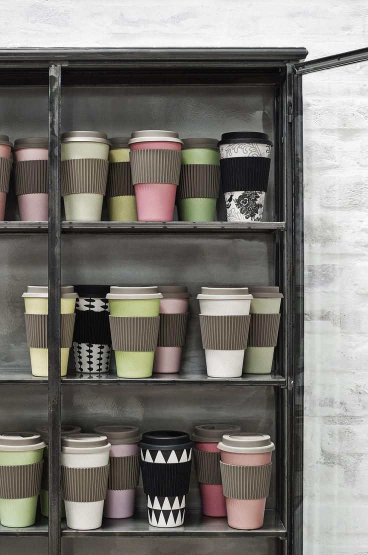 Bambus To Go Becher! Was für ein praktisches, farbiges Accessoire zu jedem Outfit - denn den Kaffeebecher haben wir doch sowieso immer dabei, oder? ;) Und gleichzeitig tut man noch gutes für die Umwelt: win win!