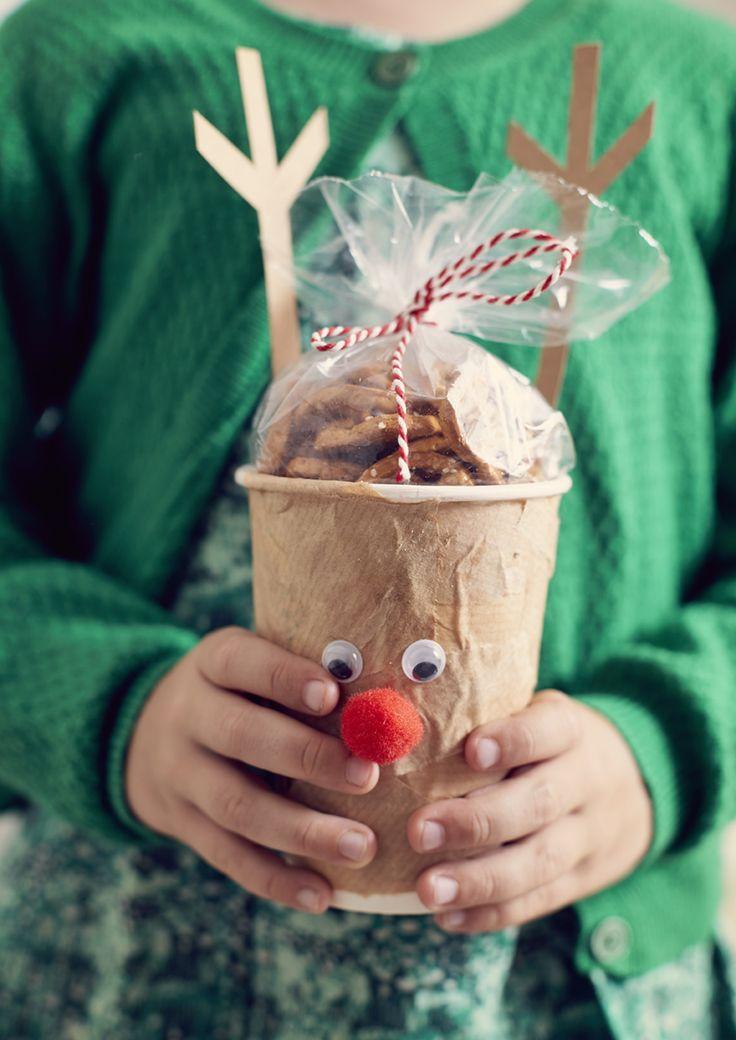 Mmm, we maken een origineel en lekker cadeautje! Versier een kartonnen bekertje met bruin papier, wiebelogen en een gewei en vul dit rendier-bekertje op met lekkers. Gebruik de beker achteraf om warme chocomelk uit te drinken.
