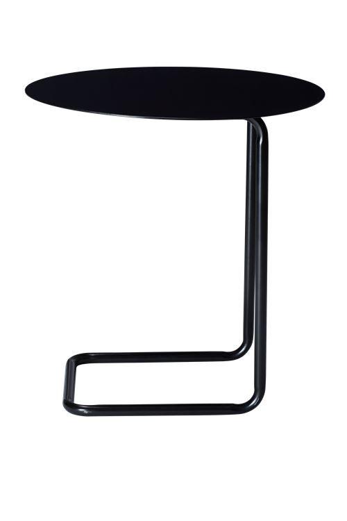 Kenyon Yeh hat mit Mera einen praktischen Beistelltisch aus lackiertem Stahl geschaffen. Der Tisch lässt sich leicht bewegen und kann über die meisten Sofas geschoben werden. So bietet Mera eine einfache Möglichkeit, die Kaffeetasse und das Notebook abzustellen.