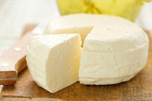 Предлагаю уникальный рецепт быстрого приготовления сыра без вызревания. Его действительно можно подавать к столу через час с момента начала приготовления. Потребуются самые обыкновенные продукты: 2 литра молока 2,5% жирности Сок половины лимона 100 г сметаны 20% Соль Готовим вку
