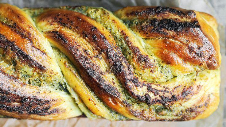 Denne imponerende (enkle) loffen smaker godt til suppe og som tilbehør, men den er nydelig alene også. Lag deigen og kjevle den flat. Spre pesto og parmesan utover, og rull den sammen. Del på langs og flett den sammen før du steker, så får en en imponerende flott loff. Oppskrift av Ida Gran-Jansen, Cakeplease.no