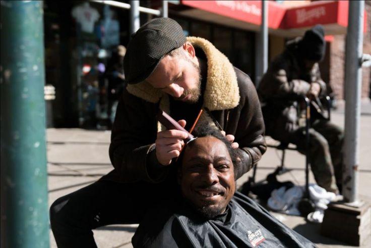 En emportant un sac à dos avec des ciseaux, un rasoir, des pinces, un peigne et une cape, Joshua Coombes voyage autour du monde, donnant des coupures de cheveux gratuites aux sans-abris et aux femm…