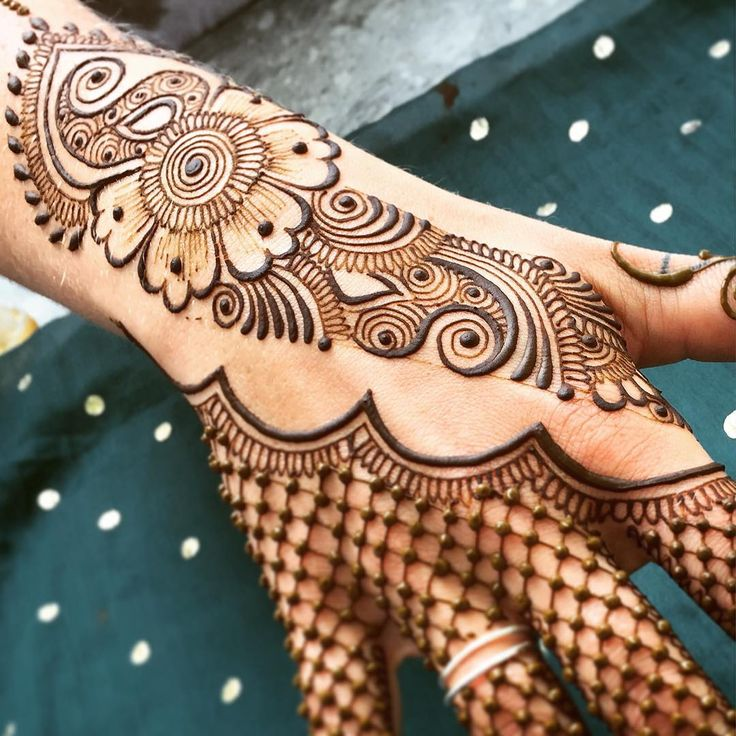 Find me today at @citrinemv in #VineyardHaven from 12-4 (or later if it stays busy)! Another beautiful day on #MarthasVineyard! Tomorrow (4th of July) I'll be in #Edgartown all day at the bookstore on Main St #maplemehndi #mehndi #henna #hennapro #design #art #adornment #fishnet #hand #MV #MVY #hennahand #summerlove #july4th #4thofjuly #celebrate #inspire