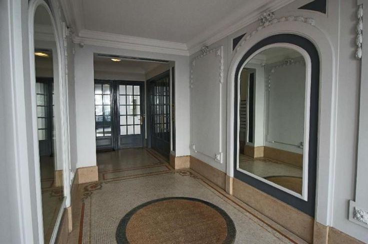 2 - TROP CHER - 75015 - 60m²-750k: ÉCOLE MILITAIRE, au 7ème et dernier étage d'un immeuble de très bon standing, appartement mansardé de trois pièces. D'une surface de 60m², dont 55.3m² de surface carrez, il se compose d'une belle pièce de séjour ouvrant sur un adorable balcon de zinc, deux chambres, une cuisine séparée, une salle de bains, un WC séparé, un couloir avec placards. Accès par ascenseur, chauffage et eau chaude individuels électriques. Appartement très calme et lumineux.