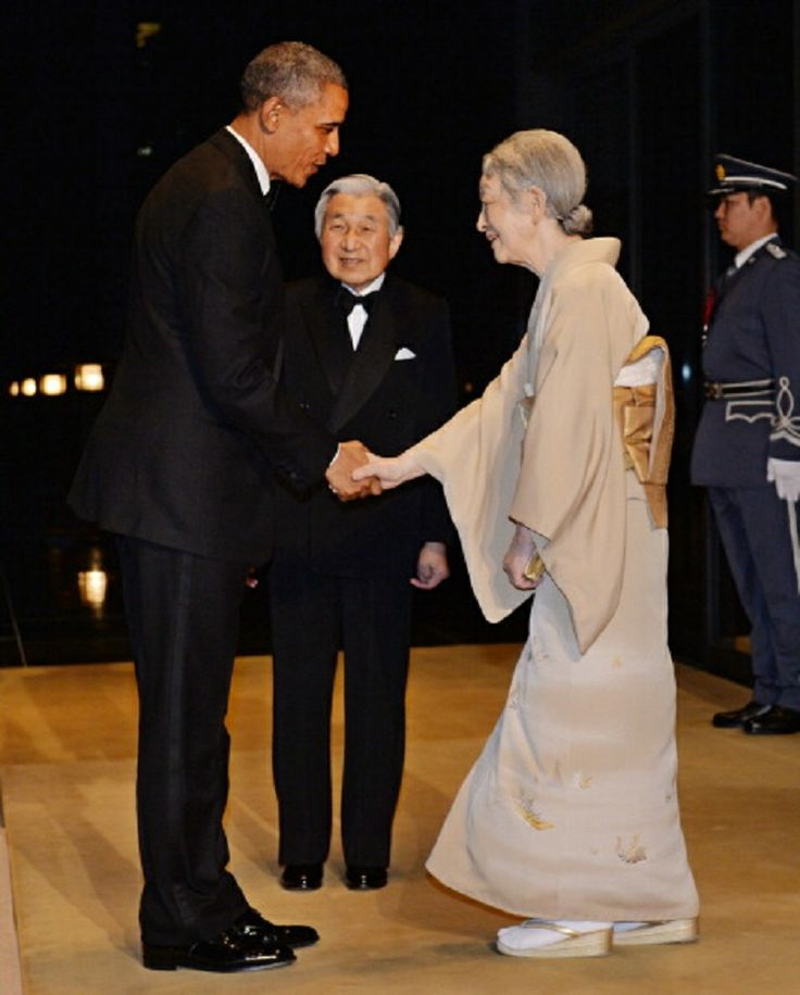 US President Barack Obama (L) is welcomed by Emperor Akihito (C) and Empress Michiko (front R) prior to the Japan State Dinner at the Imperial Palace in Tokyo on 24.04.14.