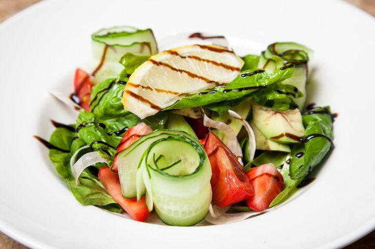 Летний салат из клубники, авокадо и томатов - пошаговый рецепт с фото: Яркий и вкусный. - Леди Mail.Ru