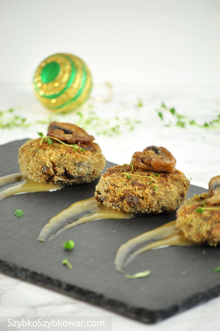 Kotlety grzybowe ozdobione smażoną pieczarką i sosem grzybowym.