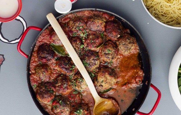 Italialaiset uunilihapullat kypsennetään samassa vuoassa herkullisen tomaattikastikkeen kanssa.