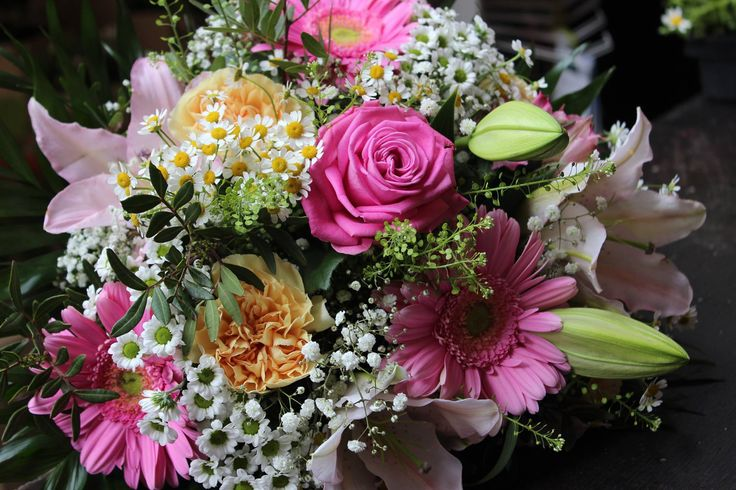 Kytica, pivonka, ruže, santiny, minigerbera, frézia, hyperikum 30 € http://www.kvetysilvia.sk/donaskova-sluzba/