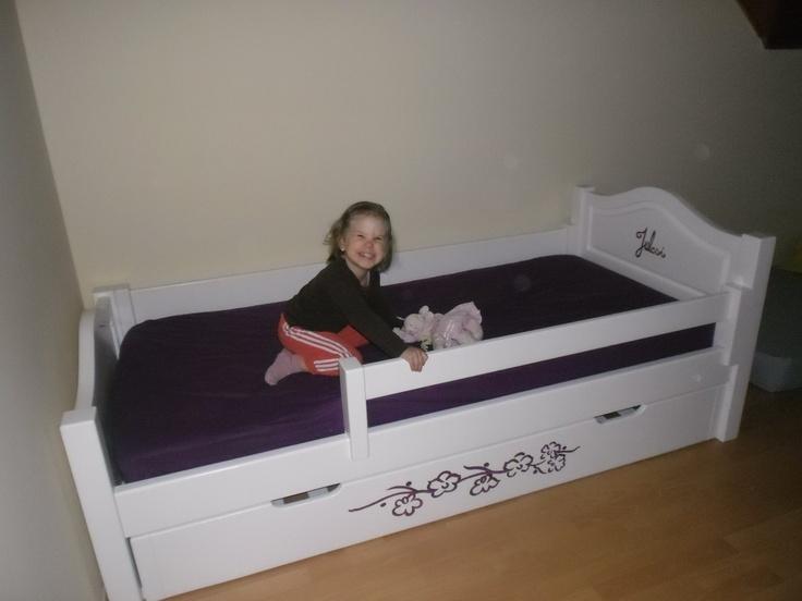 Bonita ágy egyedi dekorációval és vendégággyal